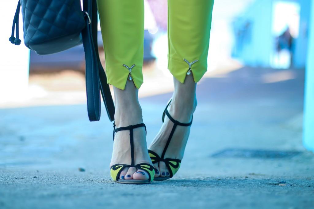 sandalias amarillas, pantalón amarillo, sandalias de tacon, moda,
